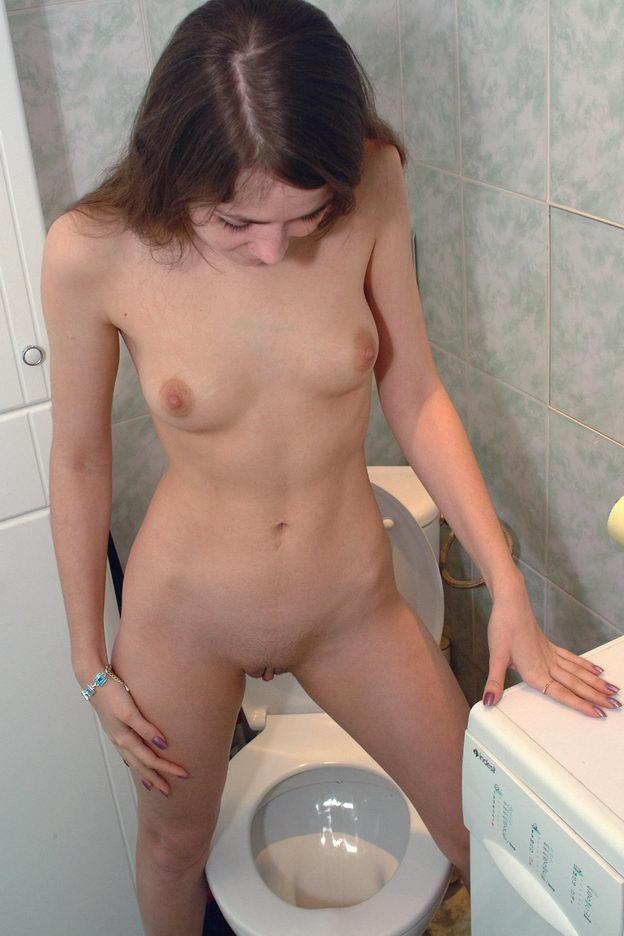 девушки дома писают в туалете