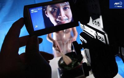 女性司会者がヌードでお料理、香港アダルト・チャンネルの新番組 -AFPBB News