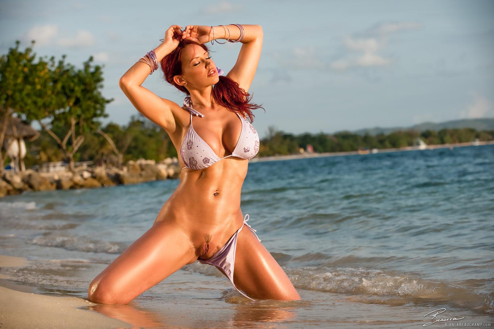 Сиськи в бикини на пляже 8 фотография