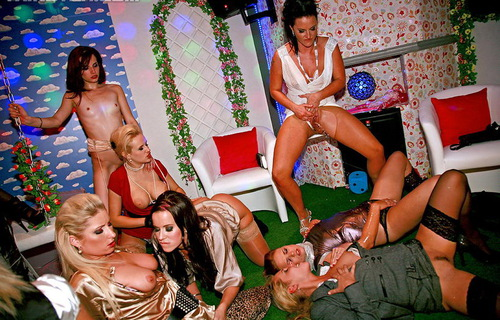18 Eurobabe Lesbo Piss Party Part 1!!