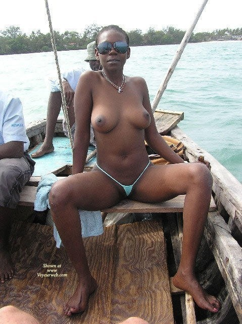 africa lady show naked in bedroom pict