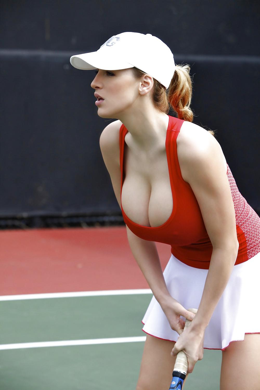 Теннисистка с большими грудями 14 фотография