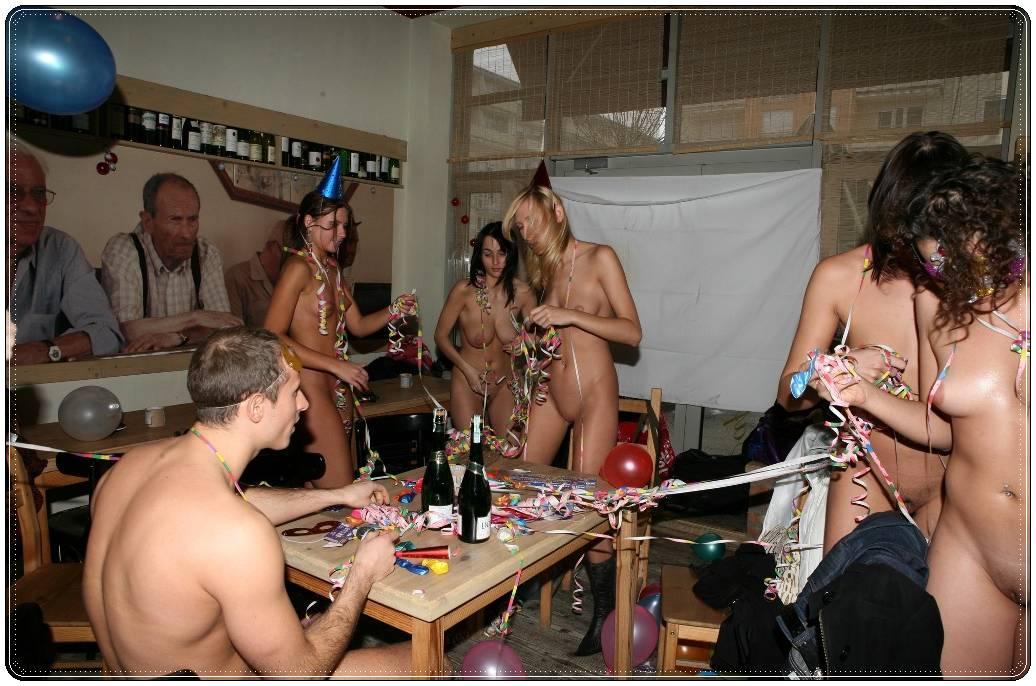 Desnudo en una fiesta