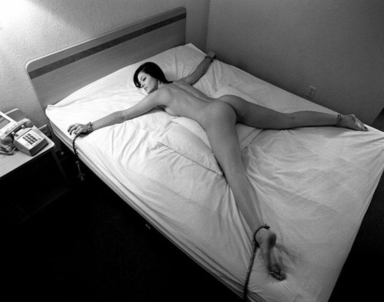 Привязанный к кровати фото