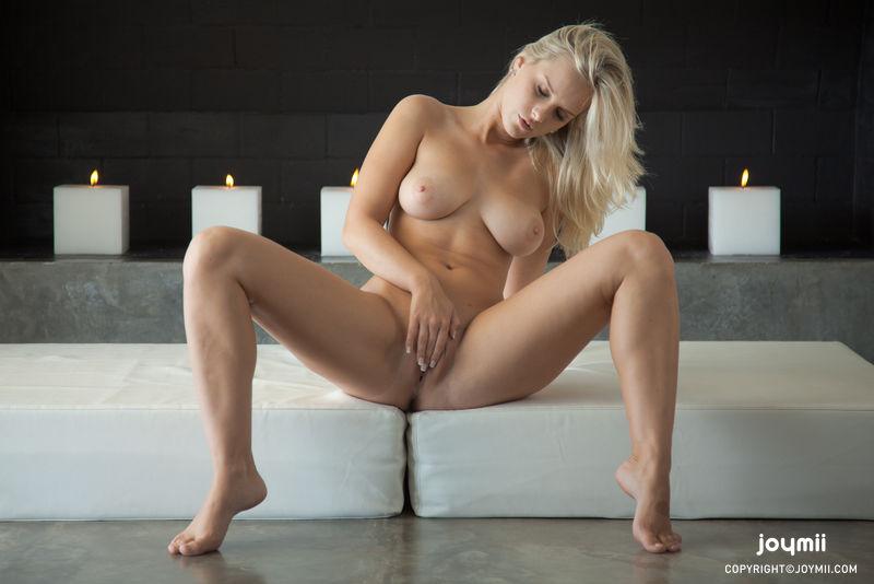 Порно ролики. Блондинка с большими сиськами сначала голубит киску руками а