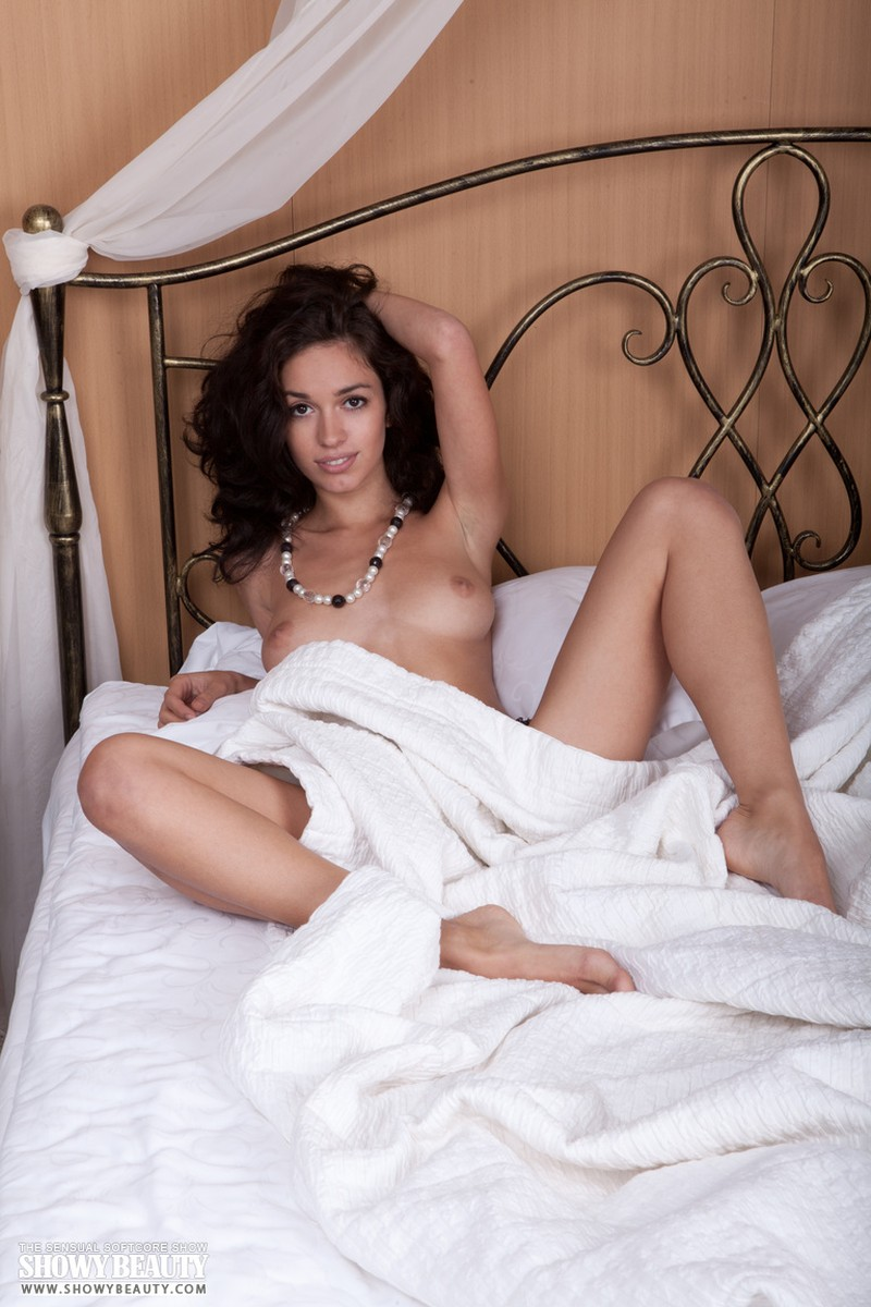 Tremendo 3 chicas hermosas se desnudan en la cama