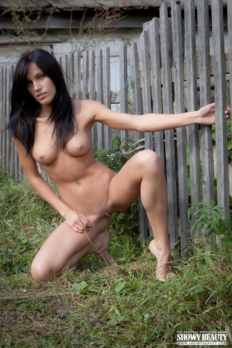 3 chicas hermosas se desnudan al aire libre