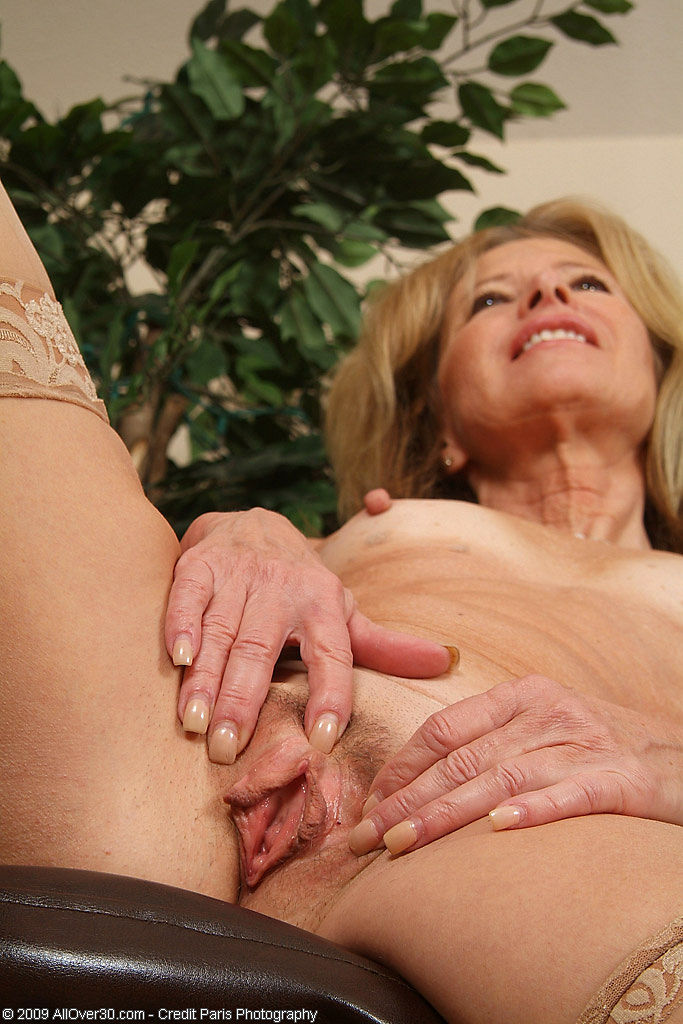 Janet l nude outside